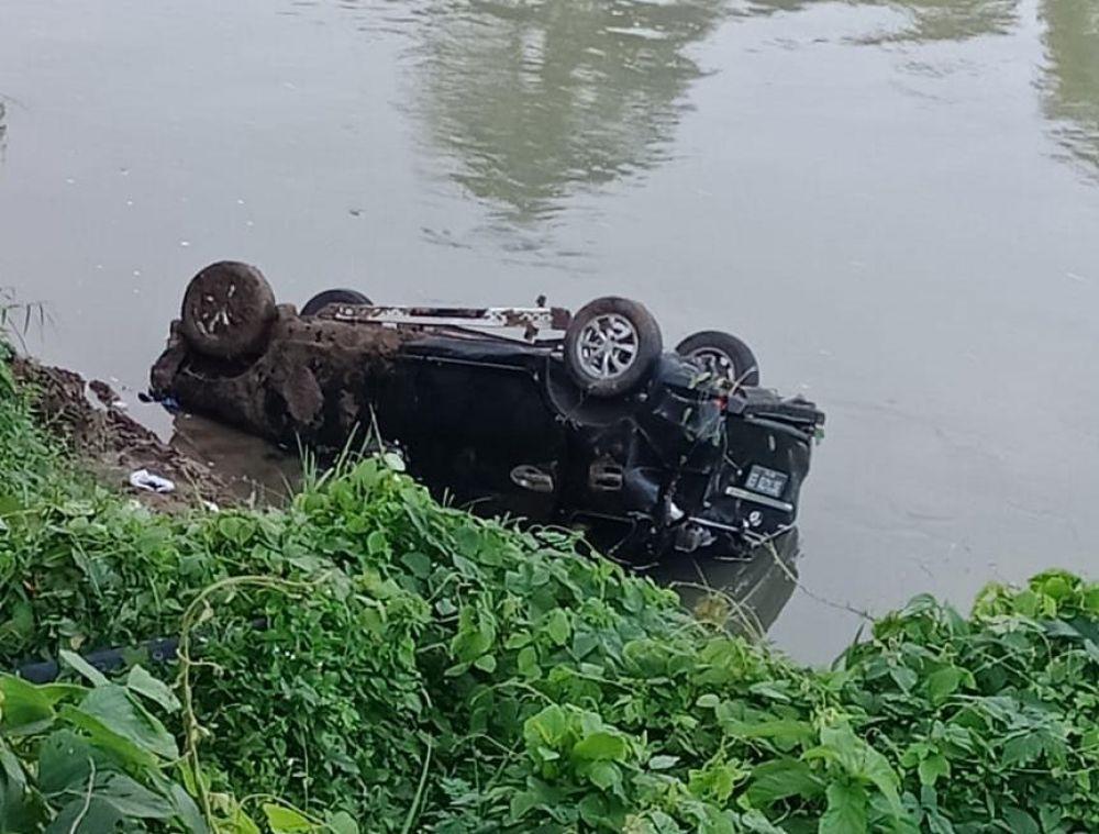 TERJUN : mobil Toyota Avanza saat tercebur ke sungai. (foto : danu/advokasi.co).