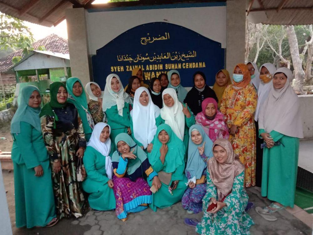Fatayat NU Ranting Dlemer Ziarah ke makam Sunan Cendana, Kwanyar. (foto : advokasi.co)