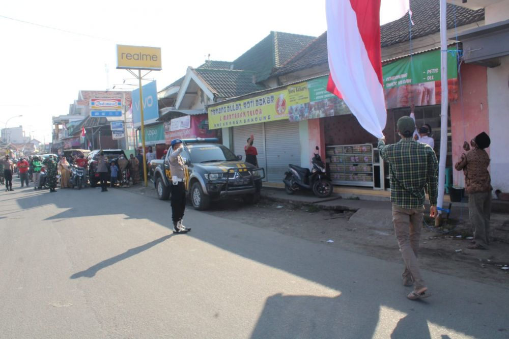 Pengibaran bendera merah putih raksasa di kwanyar. (foto : humas polres bangkalan)