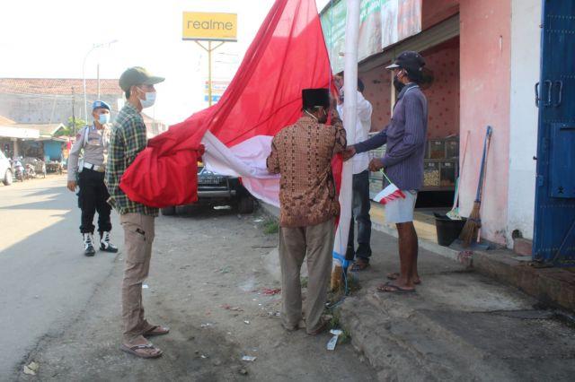 3 Bendera Merah Putih Raksasa Berkibar Di Kwanyar