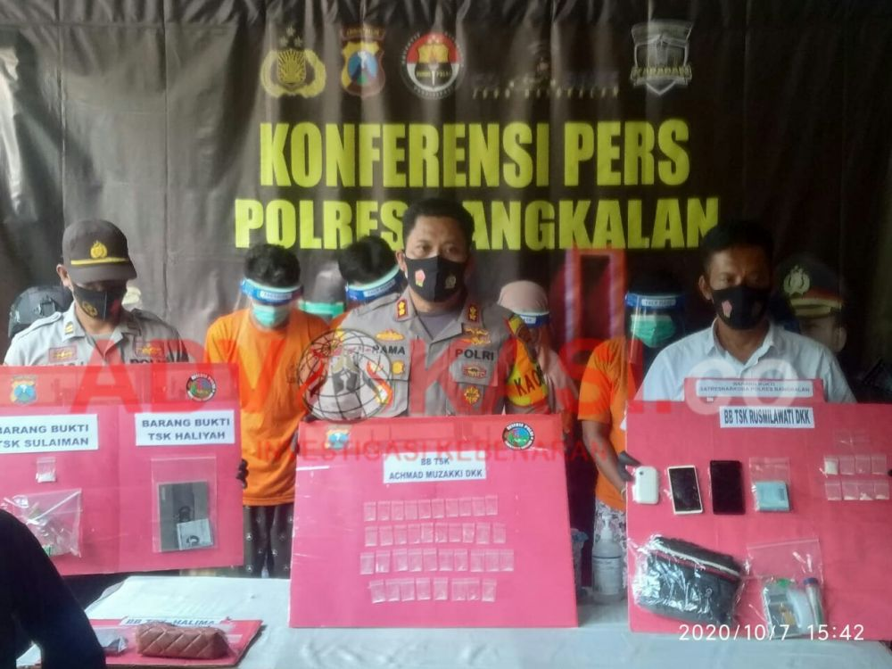 Dari Kiri ke kanan, Kasubbag Humas, Kapolres Bangkalan, Kasat Reskoba. (foto : wahyu/advokasi.co)
