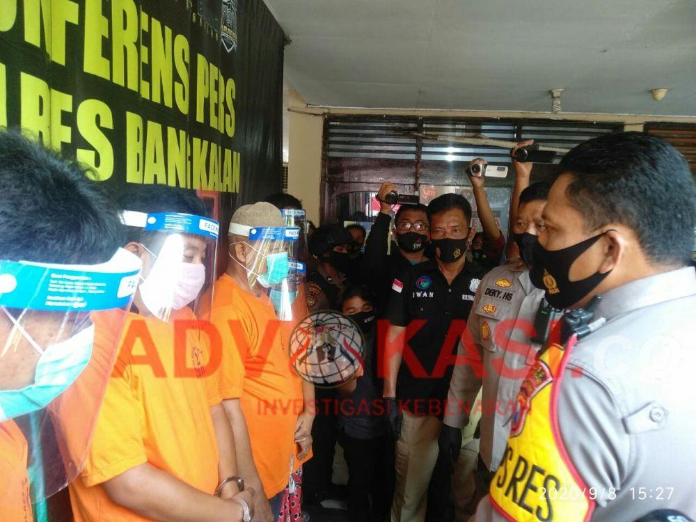 Kapolres Bangkalan AKBP Rama Samtama Putra Tinjau Para Tersangka Kasus Sabu - Sabu.  (foto : wahyu/advokasi.co)